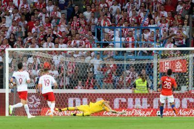 0d998fd80 Robert Lewandowski (L) and Piotr Zieliński (2-L) during football match with  Chile in Poznań PAP Jakub Karczmarczyk